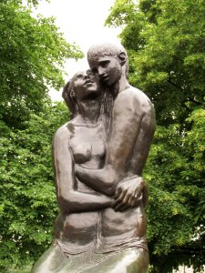 The Young Lovers, by Georg Erlich (1897-1966) in St. Paul's Churchyard